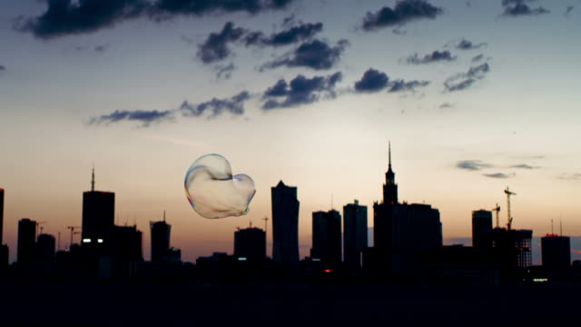 stockvideo's en b-roll-footage met sunset city panorama met zeepbellen - surrealistisch