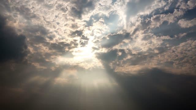 夕暮れの雲のタイムラプス撮影 - 光線点の映像素材/bロール
