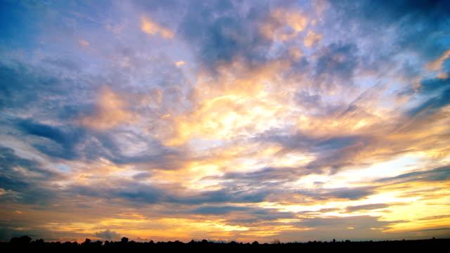 vídeos de stock e filmes b-roll de time lapse do pôr-do-sol nuvens - lightweight