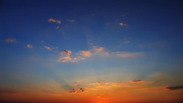 (limpar) pôr do sol nuvens
