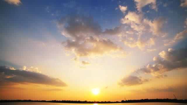 夕暮れの雲 - 日没点の映像素材/bロール