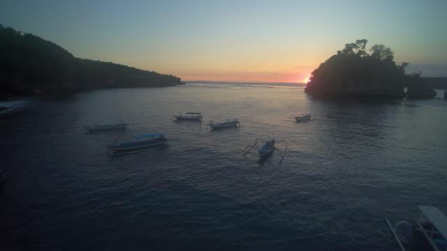 vídeos de stock e filmes b-roll de sunset crystal bay nusa penida bali - ancorado