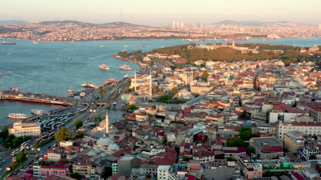 stockvideo's en b-roll-footage met sunset dolly-in drone video of istanbul cityscape - istanboel
