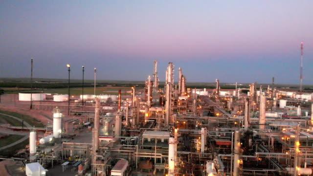 カールスバッド近くのニューメキシコ州南西部の製油所のサンセットドローンビデオクリップ - ガソリン点の映像素材/bロール