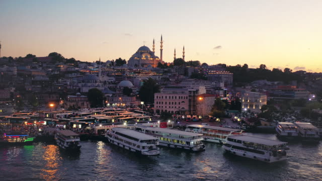 vidéos et rushes de sunset drone video of süleymaniye mosque and the bosporus harbor - istanbul