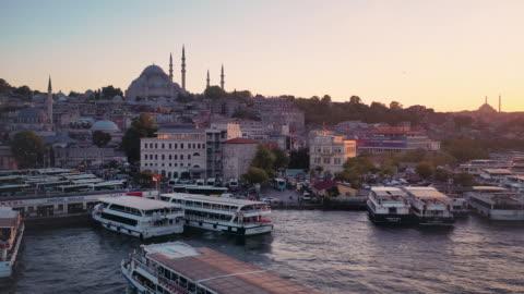 stockvideo's en b-roll-footage met sunset drone video of süleymaniye mosque and the bosporus harbor - istanboel