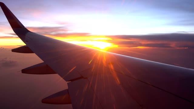 Vlucht en twilight avondrood met vliegtuig vleugel uit een vliegtuig venster