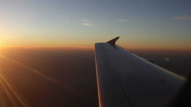 vidéos et rushes de vol au coucher du soleil - première classe