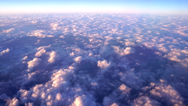 vídeos de stock, filmes e b-roll de 4k-sol voando acima do céu de nuvem em colorido da janela do avião - acima
