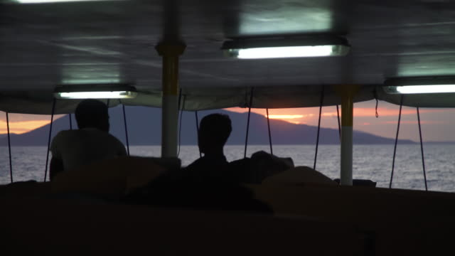 vídeos de stock e filmes b-roll de sunset from a boat cabin dormitory point of view - ilha