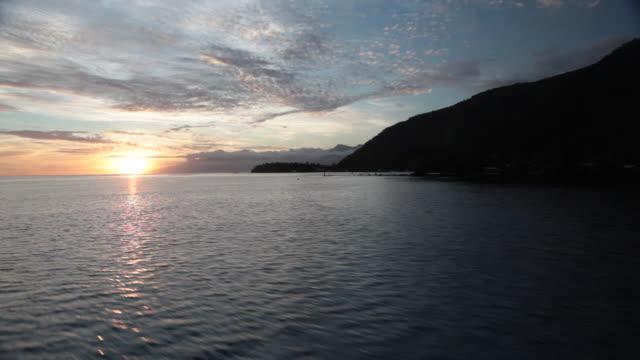 vídeos de stock, filmes e b-roll de sunset from a boat - territórios ultramarinos franceses