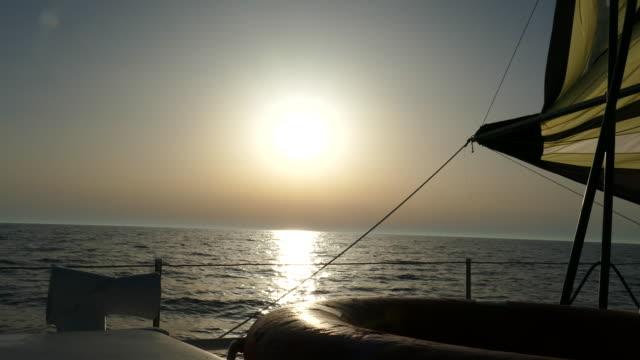 セーリングヨットに乗ってからの日没 - ヨット点の映像素材/bロール