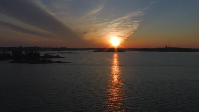 vidéos et rushes de coucher de soleil depuis un bateau à voile - dépression terrestre