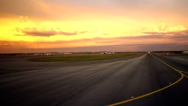 zonsondergang vanaf de patrijspoort op de luchthaven