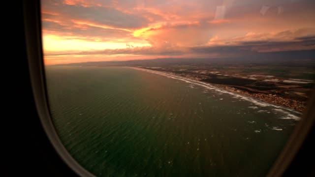 vídeos de stock e filmes b-roll de sunset from the porthole at the airport - cabine de passageiros