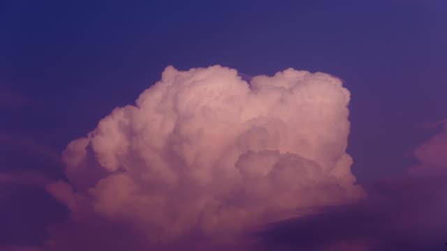 vídeos de stock, filmes e b-roll de paisagem de nuvens de brilho do sol no verão 4k - crepúsculo