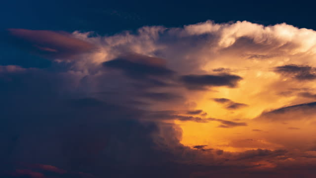 vidéos et rushes de coucher du soleil brillent paysage dramatique 4k dci - ciel seulement