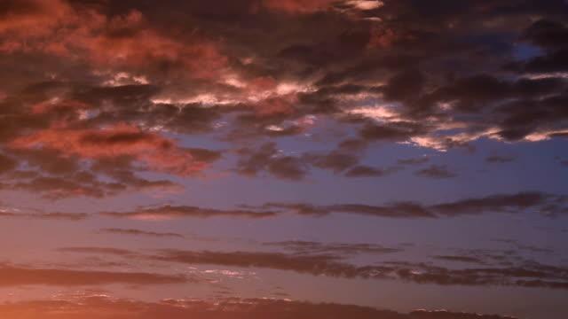 vídeos de stock, filmes e b-roll de brilho do sol, movendo o céu ao entardecer - só céu