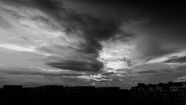 4 k uhd の夕暮れの空を夕焼け - black and white点の映像素材/bロール