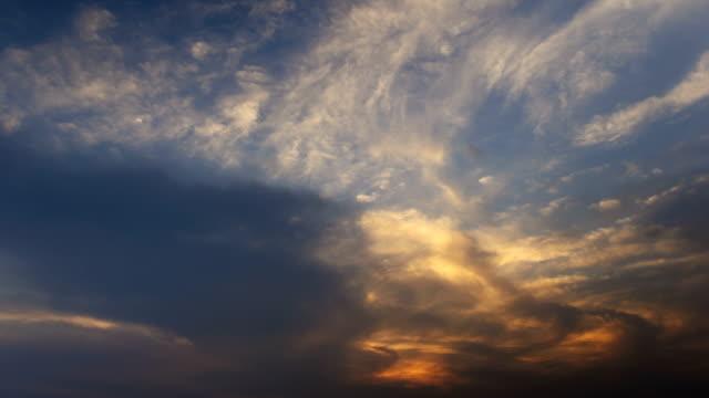 vidéos et rushes de sunset glow time lapse - ciel seulement