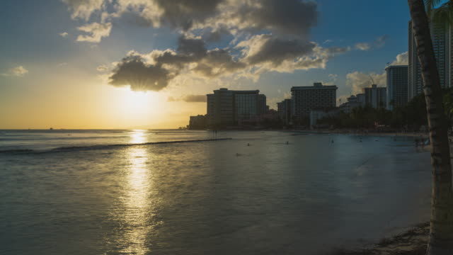 stockvideo's en b-roll-footage met sunset hyperlapse at waikiki beach, honolulu, oahu, hawaii - oahu