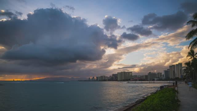 vídeos y material grabado en eventos de stock de sunset hyperlapse at waikiki, honolulu, oahu, hawaii during a massive storm - nube de tormenta