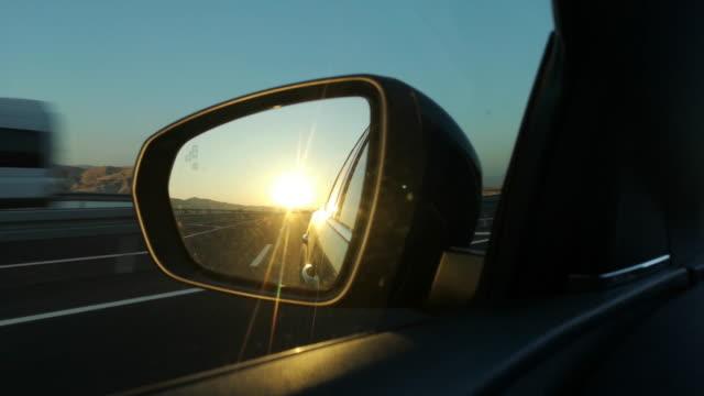 vídeos de stock, filmes e b-roll de por do sol em um espelho de vista traseira - vista lateral
