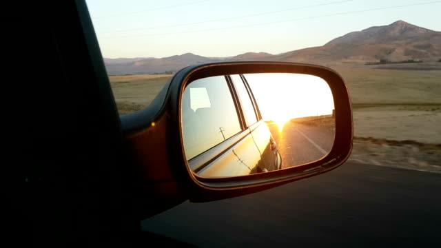 vidéos et rushes de coucher de soleil dans un rétroviseur - reflet