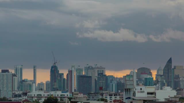 vídeos y material grabado en eventos de stock de puesta de sol en la ciudad de bangkok: día esta noche time-lapse gris nubes cielo con el paisaje urbano. - gris