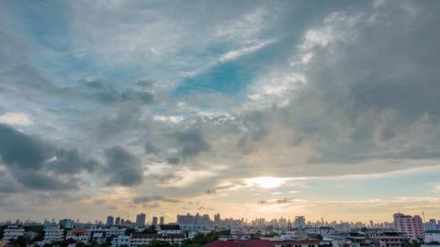 バンコク市内の夕日: 日今夜低速度撮影灰色雲空都市景観。 - 高架電車点の映像素材/bロール