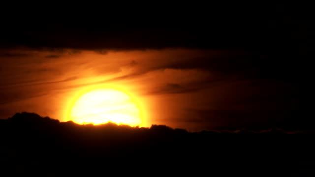 T / L Sonnenuntergang In einem wolkigen Himmel