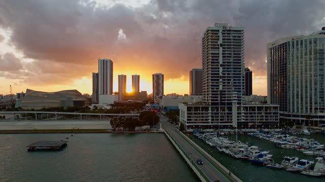 stockvideo's en b-roll-footage met zonsondergang in downtown miami, het uitzicht vanaf biscayne island. luchtvideo met panning camerabeweging. - venetian causeway bridge