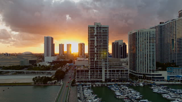 stockvideo's en b-roll-footage met zonsondergang in downtown miami, het uitzicht vanaf biscayne island. luchtvideo met stijgende camerabeweging. - venetian causeway bridge