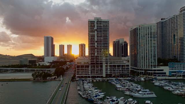 stockvideo's en b-roll-footage met zonsondergang in downtown miami, het uitzicht vanaf biscayne island. luchtvideo met dalende camerabeweging. - venetian causeway bridge
