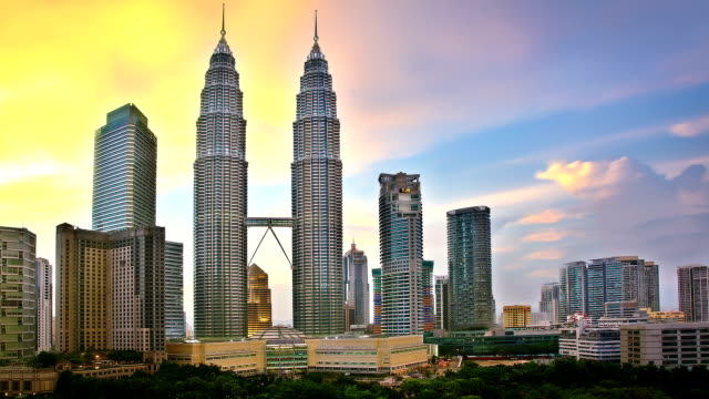 stockvideo's en b-roll-footage met sunset in kuala lumpur - petronas twin towers