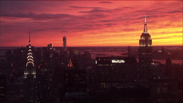 stockvideo's en b-roll-footage met sunset in midtown manhattan with the chrysler building metlife building one world trade and the empire state building in view - chrysler