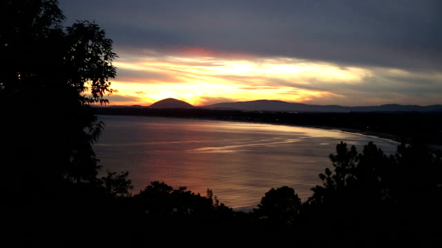 Sonnenuntergang in die Berge und das Meer.