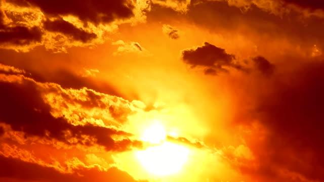 vídeos de stock, filmes e b-roll de pôr-do-sol no red sky - deus