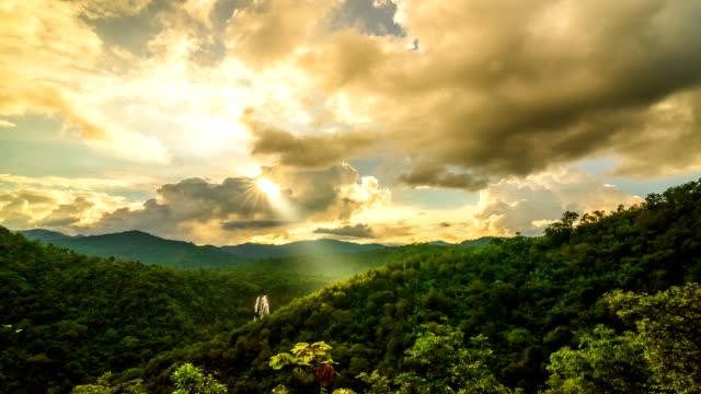 山の夕日 - 光線点の映像素材/bロール