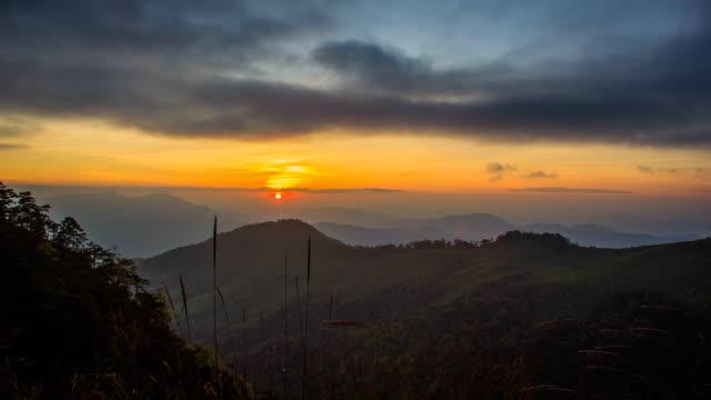 Pôr do sol nas montanhas Paisagem