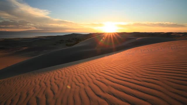 vidéos et rushes de sunset in the sand dunes of the gobi desert - désert de gobi