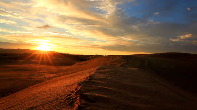 sunset in the sand dunes of the gobi desert - 乾燥点の映像素材/bロール