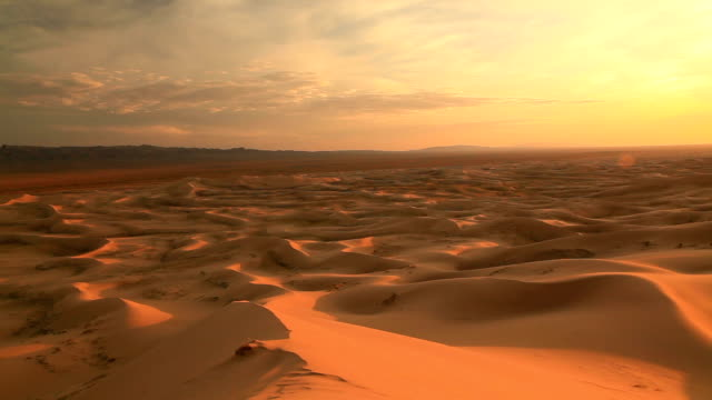 vidéos et rushes de sunset in the sand dunes of the gobi desert - aride