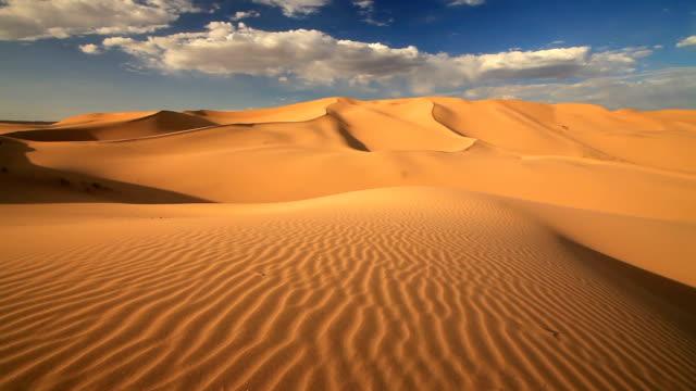sunset in the sand dunes of the gobi desert - dramatisk himmel bildbanksvideor och videomaterial från bakom kulisserna
