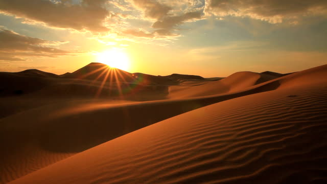 vidéos et rushes de sunset in the sand dunes of the gobi desert - dune de sable