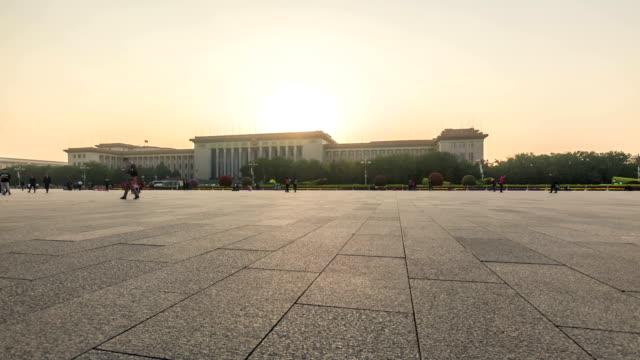 vídeos y material grabado en eventos de stock de sunset in the tiananmen square with people's hall in back in beijing china - plaza de tiananmen