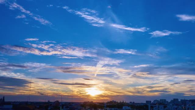 vídeos de stock, filmes e b-roll de pôr-do-sol na cidade iii-tl 4 k - céu fenômeno natural