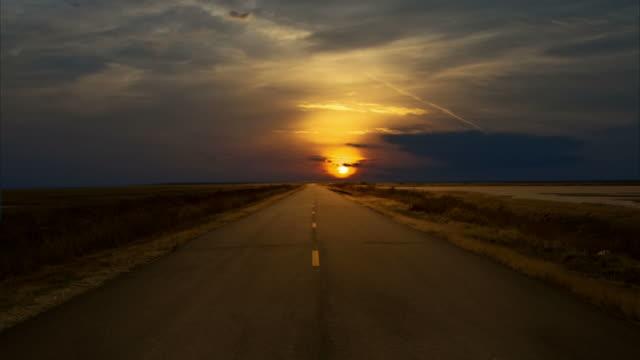 vídeos de stock, filmes e b-roll de pôr-do-sol à noite. - horizonte