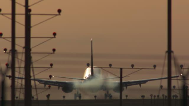 vídeos de stock e filmes b-roll de sunset landing at lax - 2 - aeroporto internacional de los angeles