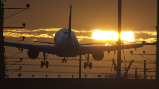 vídeos de stock e filmes b-roll de sunset landing at lax - aeroporto internacional de los angeles